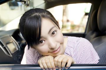 車の助手席から微笑む女性