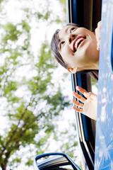 車の助手席から外を眺める女性