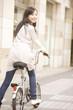 自転車に乗って振り返る女性