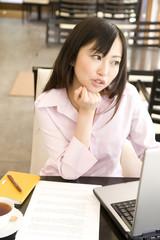 カフェでパソコンを眺める女性