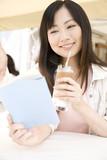 カフェで読書をする女性