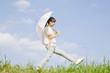 日傘を持って歩く女性
