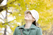 銀杏並木の下を歩いている女性