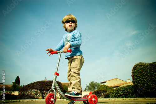 Enfant en trottinette