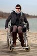 Frau im Rollstuhl in der Natur