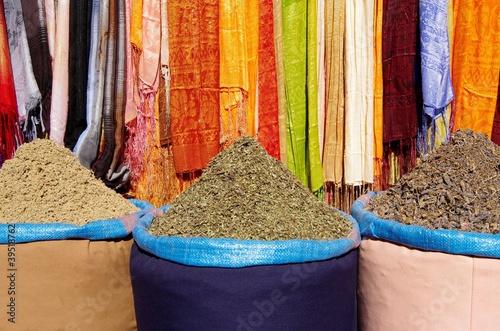 épices et tissus de couleur