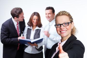 teamleiterin mit ihren motivierten mitarbeitern
