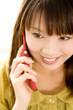 携帯電話で通話している女性