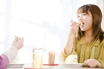 ケーキを食べる女性2人
