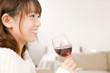 ワインを飲みながら笑っている女性