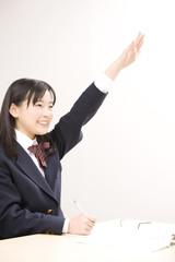 手を挙げる女子中学生