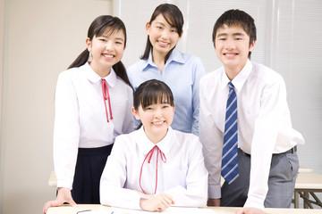笑顔の中学生男女と塾講師
