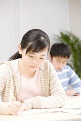 勉強中の女子中学生
