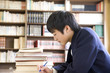 図書館で勉強する男子中学生