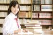 図書館で勉強する女子中学生