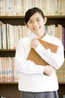 本を持つ笑顔の女子中学生