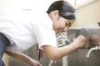 水を飲む女子中学生