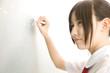 黒板に解答を書く女子中学生
