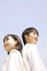 空を見上げる中学生男女