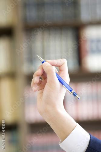 シャープペンシルを持つ男子中学生の手元