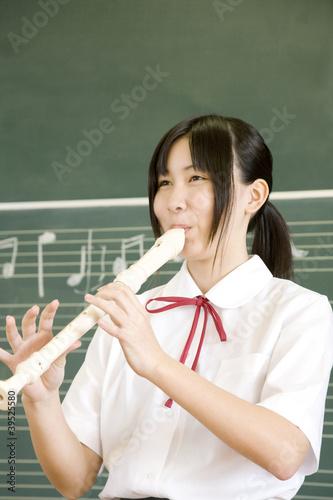 リコーダーを吹く女子中学生
