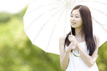 日傘を持った女性
