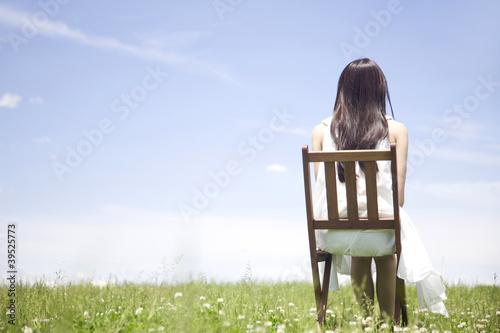 椅子に座っている女性の後ろ姿