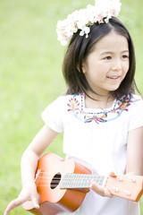 ウクレレを弾く女の子