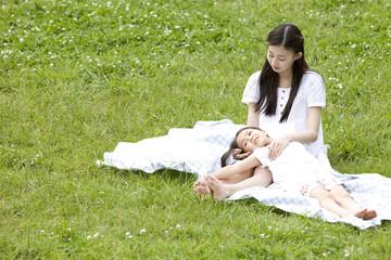 若い女性に膝枕される女の子