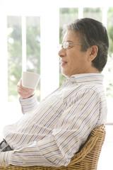 コーヒーを飲むシニア男性