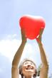 ハートの風船を持っているシニア女性