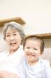 笑顔の孫息子と祖母