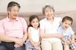 孫達とソファに座っている祖父母