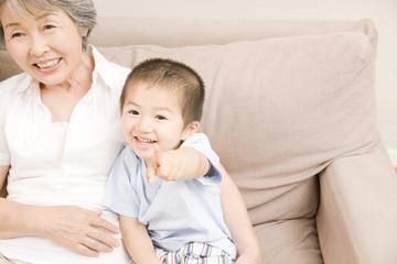 孫息子と遊ぶ祖母