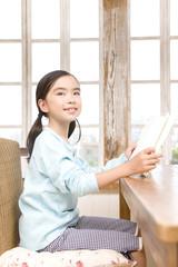 本を読みながら会話する女の子