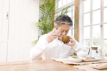 朝食を食べるシニア男性