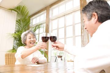 ワインで乾杯するシニアカップル