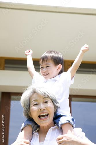 孫息子を肩車する祖母