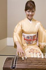 琴を弾く女性