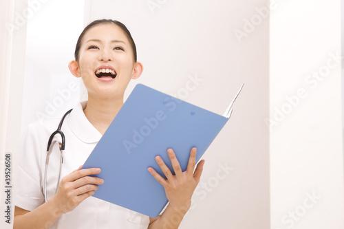患者を呼ぶ看護師