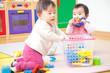 おもちゃで遊ぶ乳児2人
