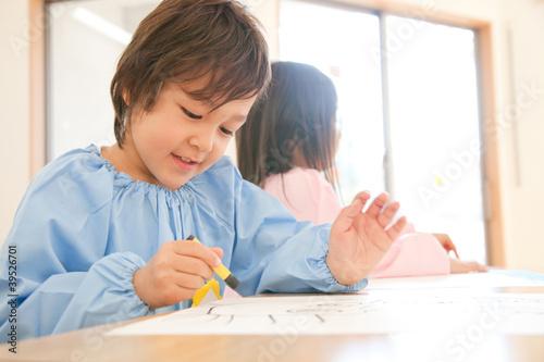 お絵描きをする幼稚園男児