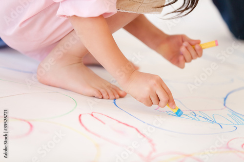 模造紙に絵を描く幼稚園女児