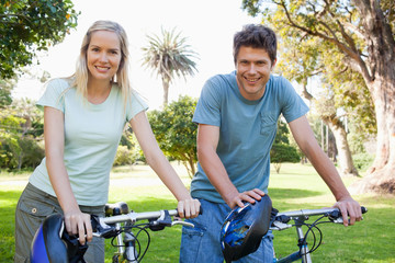 Couple spending their day on their bikes in the park