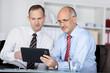 zwei geschäftsmänner betrachten tablet-pc
