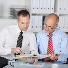 zwei kollegen in einer besprechung im büro