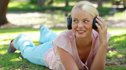 Video that focuses on a girl with headphones listening to music