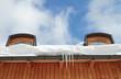 Dachgauben mit Eiszapfen