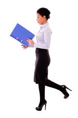 Geschäftsfrau liest in Aktenordner