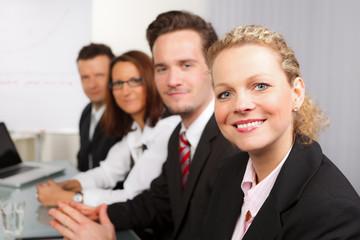 glückliche junge leute sitzen in einem seminar